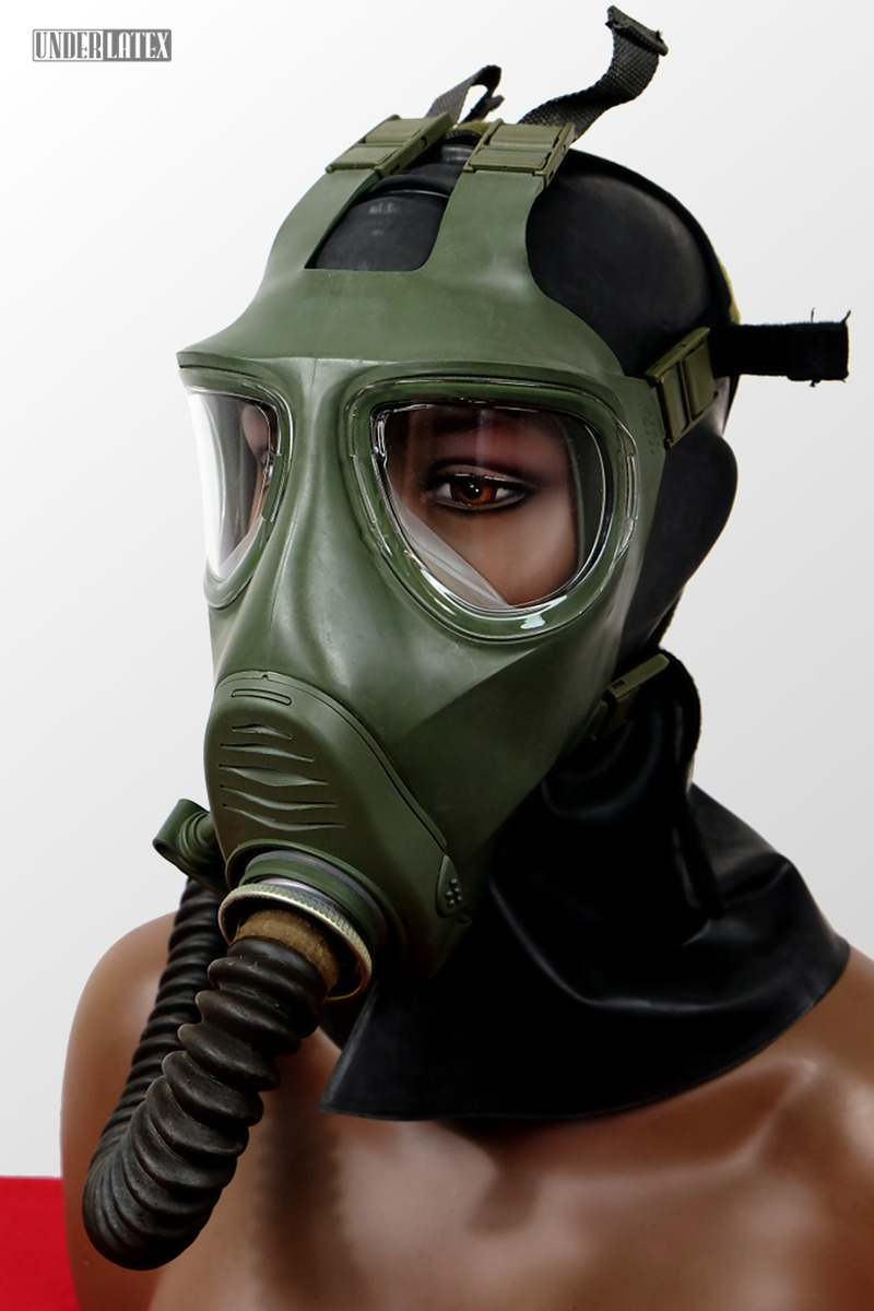 grüne Gasmaske M2000 aufgesetzt frontal mit russischem Faltenschlauch