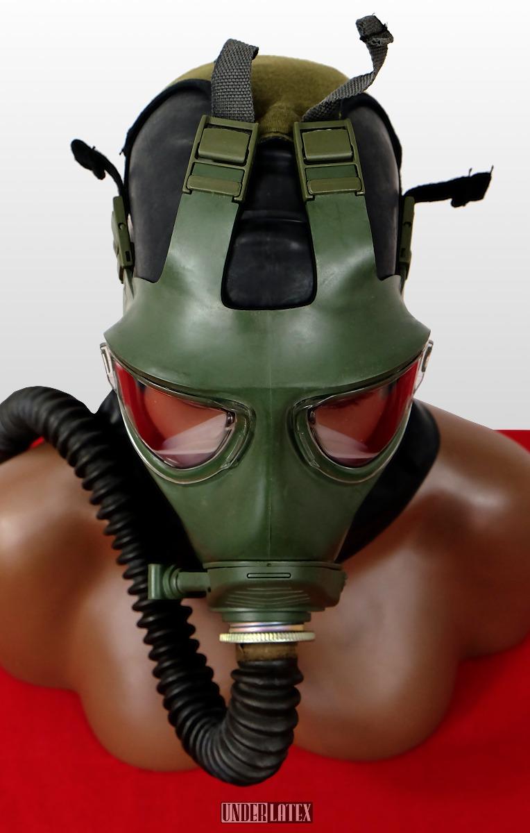 grüne Gasmaske M2000 aufgesetzt von oben mit russischem Faltenschlauch