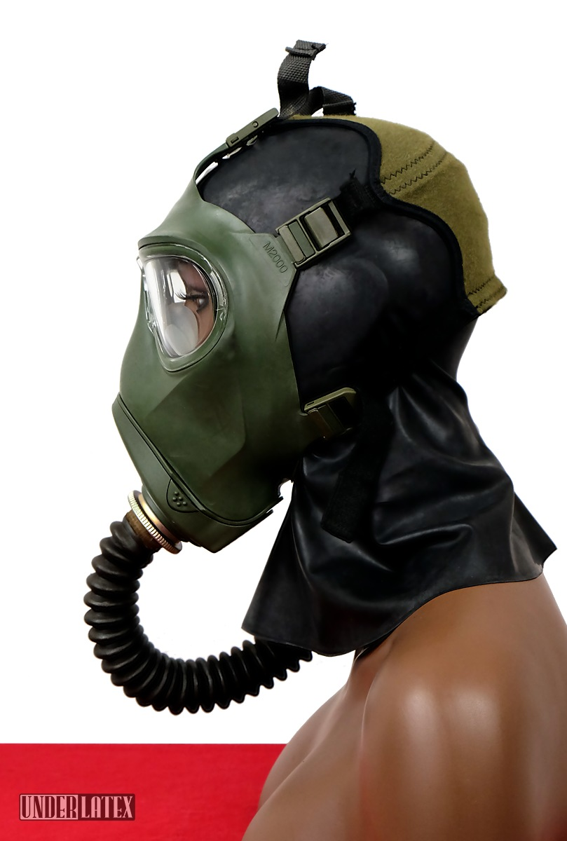 grüne Gasmaske M2000 aufgesetzt seitlich gesehen mit russischem Faltenschlauch