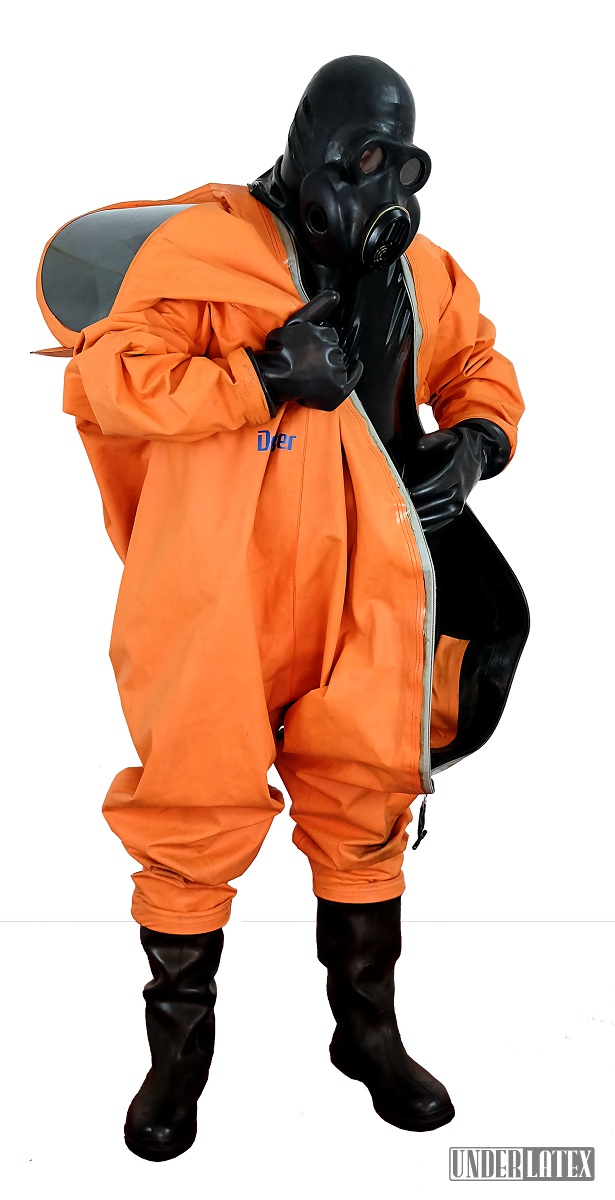 Dräger CSA Schutzanzug Modell FPM Orange halb angezogen mit Gasmaske PBF in schwarz