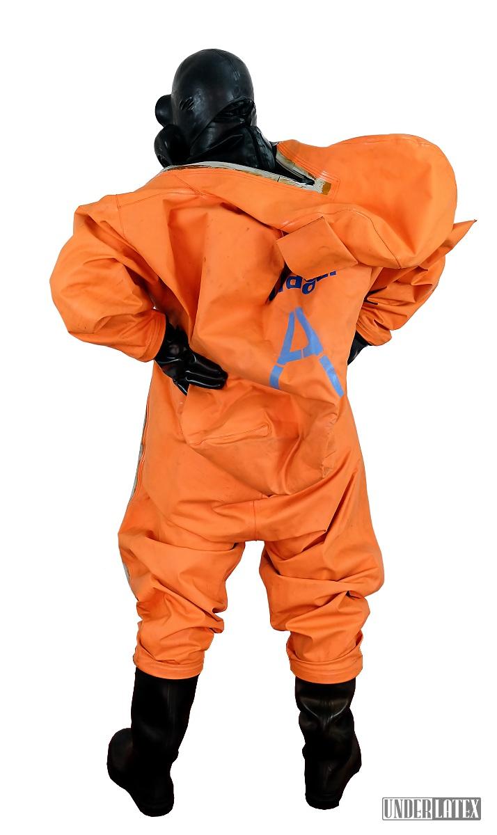 Dräger CSA Schutzanzug Modell FPM Orange fast angezogen mit Gasmaske PBF in schwarz von hinten gesehen