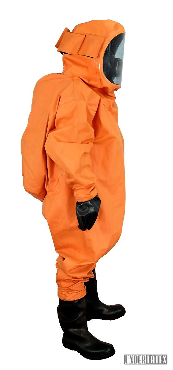 Dräger CSA Schutzanzug Modell FPM Orange komplett angezogen mit Gasmaske PBF in schwarz von der Seite gesehen