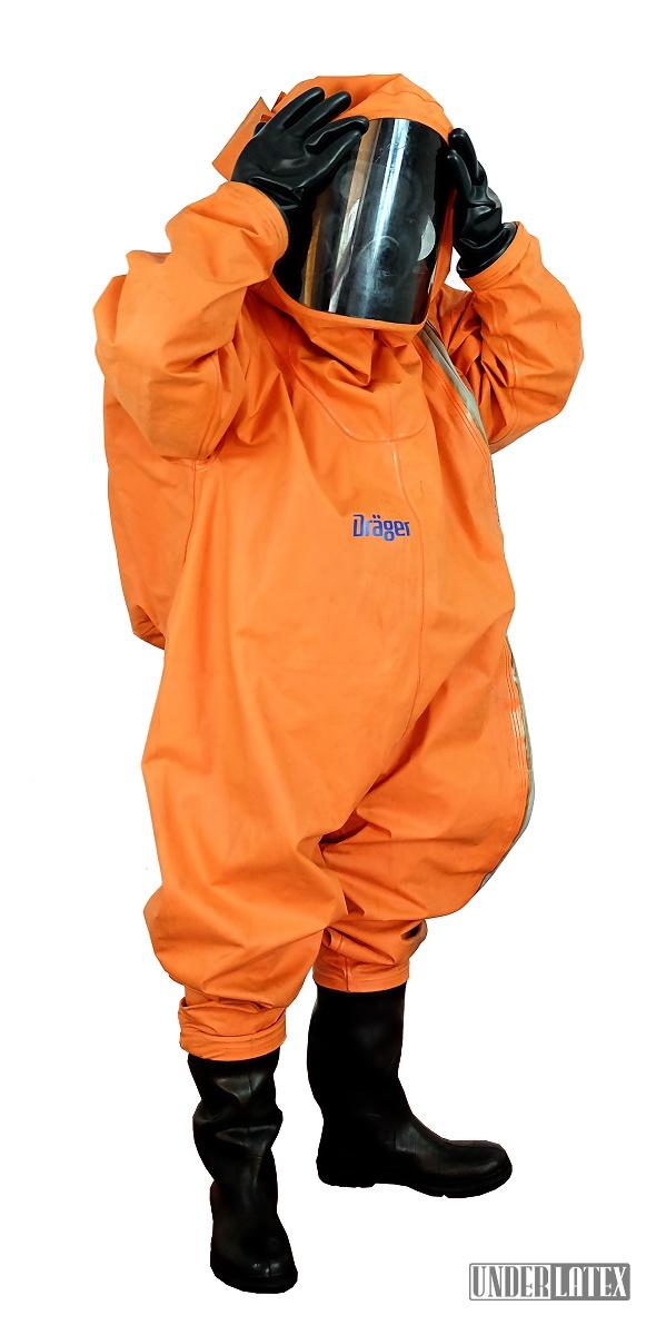 Dräger CSA Schutzanzug Modell FPM Orange komplett angezogen von seitlich vorn gesehen mit schwarzer Gasmaske PBF