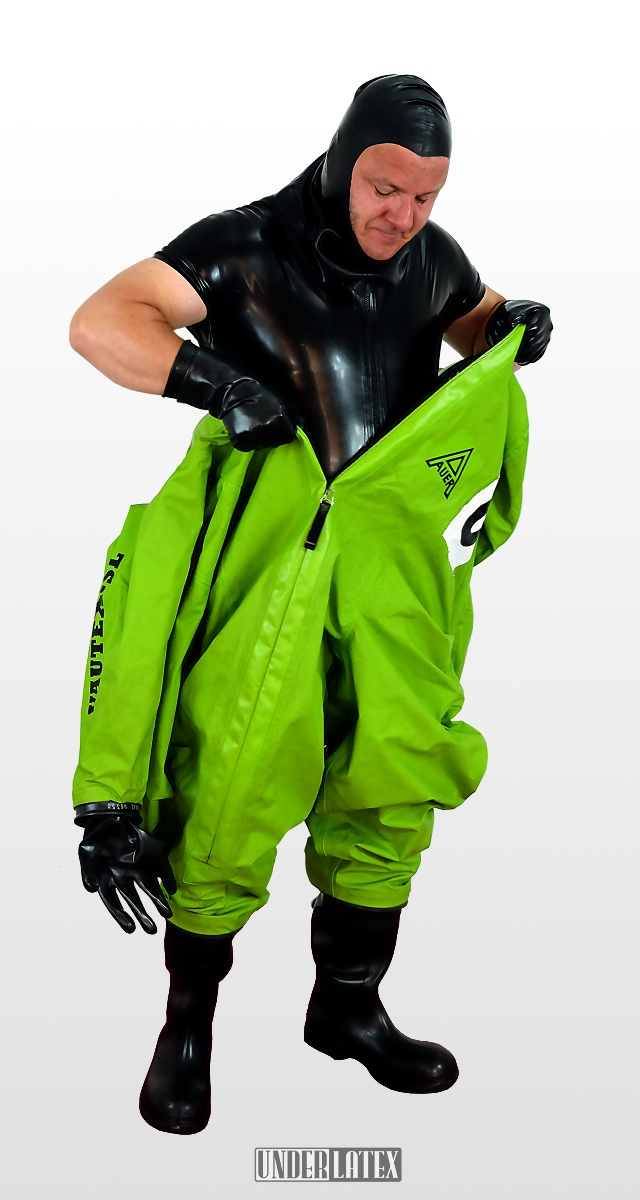 Auer CSA Schutzanzug Vautex SL grün halb angezogen daruneter Träger mit Latex Body und Latexmaske