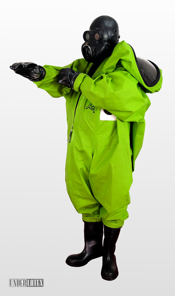 Auer CSA Schutzanzug Vautex SL grün halb angezogen mit Gasmaske PBF in schwarz