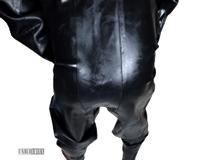 Heavy Rubber kompletter Schutzanzug aus 1,2mm Gummi mit festen Gummihandschuhen Detailbild Hintern