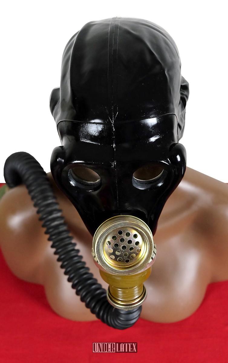 russische Gasmaske SchMS in schwarz aus Gummi mit Faltenschlauch frontal von oben gesehen