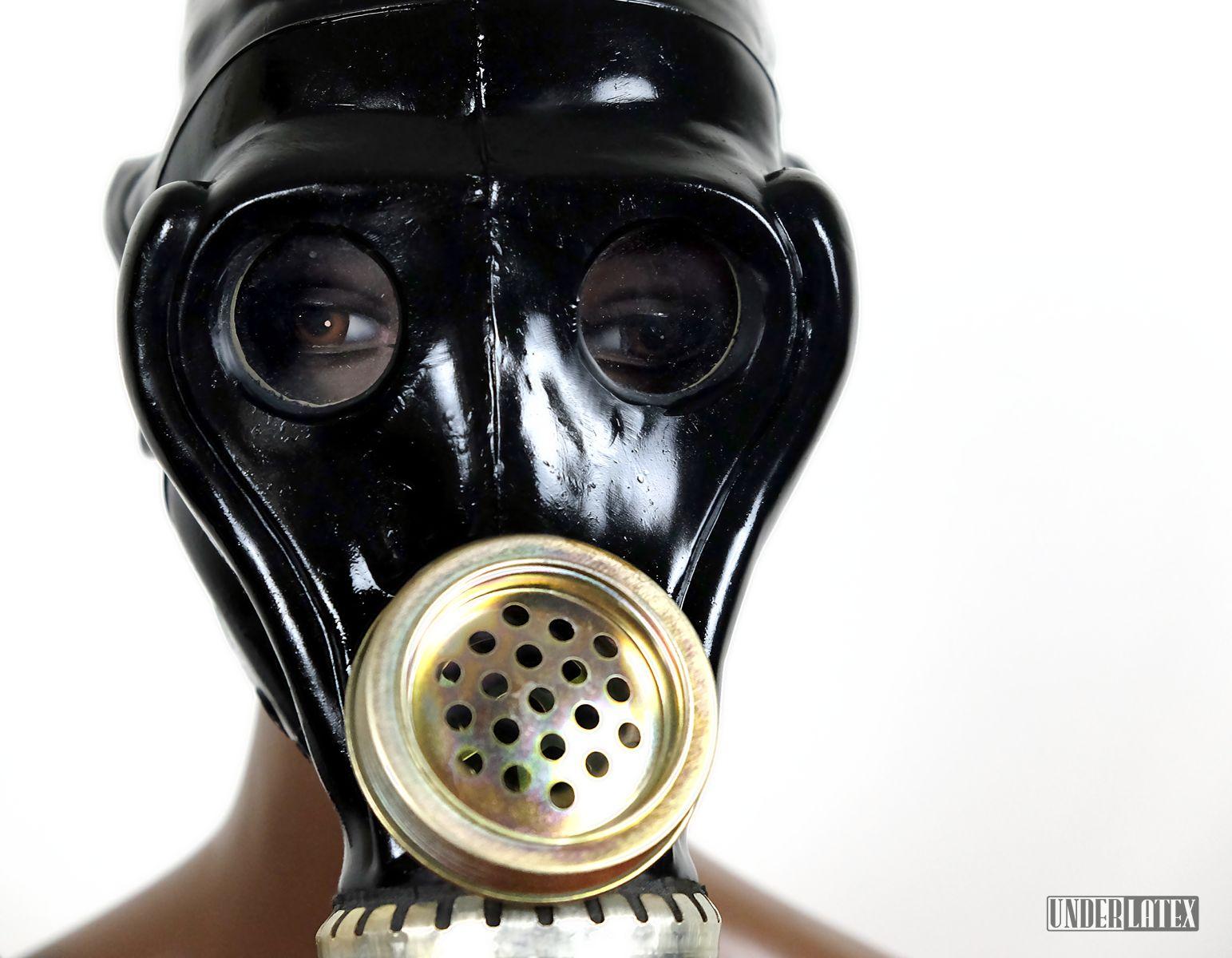 russische Gasmaske SchMS in schwarz aus Gummi frontal mit Detail der Augen und der Sprechmuschel gesehen