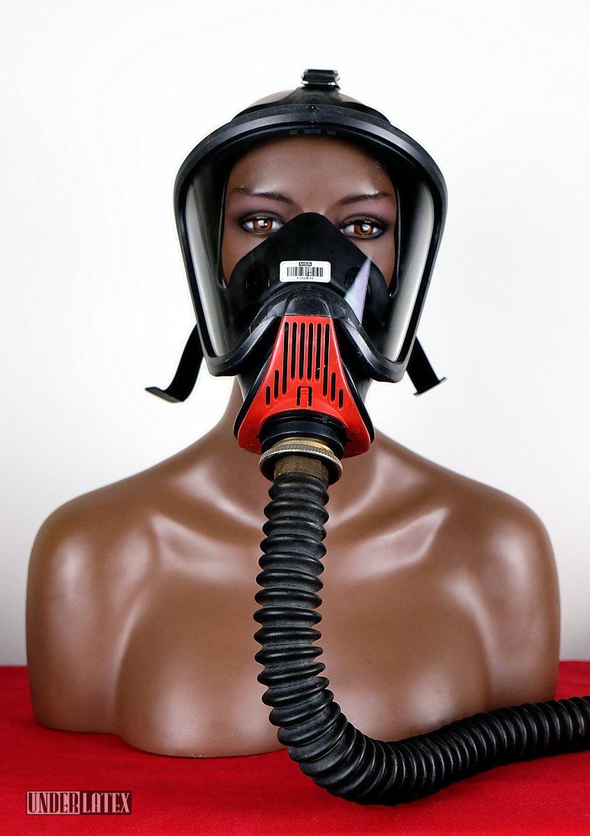 Gasmaske MSA Auer Ultra Elite frontal von vorn mit Faltenschlauch aus schwarzem Latex