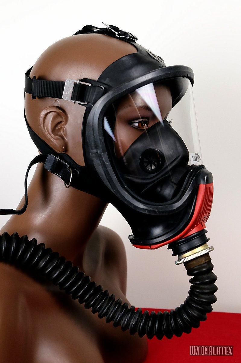 Gasmaske MSA Auer Ultra Elite frontal von seitlich rechts gesehen mit Faltenschlauch aus schwarzem Latex