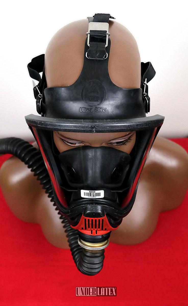 Gasmaske MSA Auer Ultra Elite frontal von oben gesehen mit Faltenschlauch aus schwarzem Latex