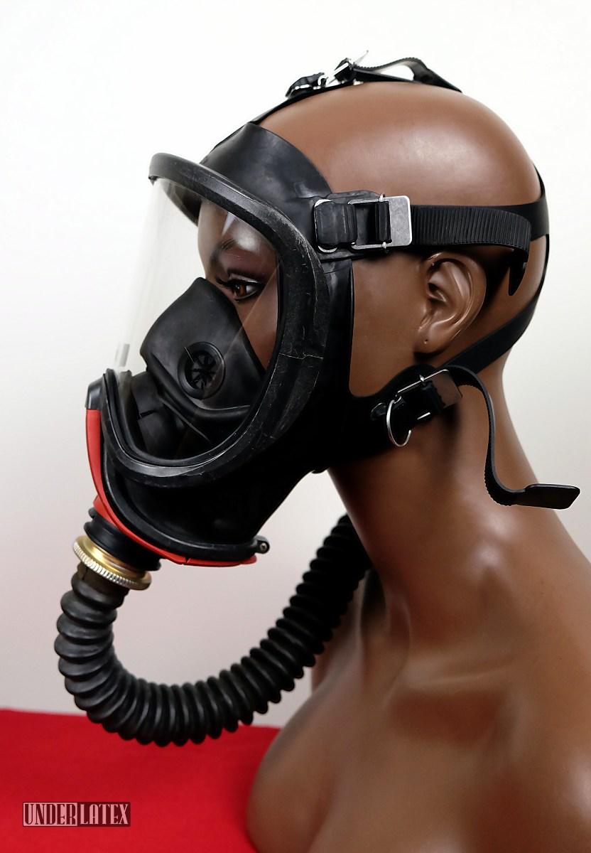 Gasmaske MSA Auer Ultra Elite frontal im Profil mit Faltenschlauch aus schwarzem Latex