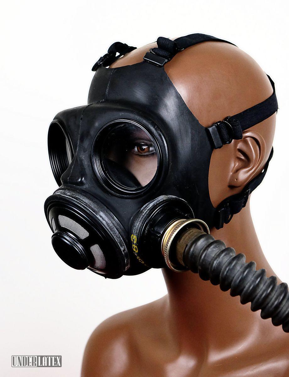 Kanadische Gasmaske C3 in schwarz mit Faltenschlauch von vorn rechts seitlich gesehen