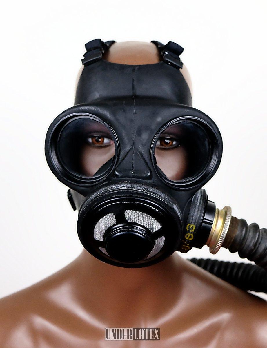 Kanadische Gasmaske C3 in schwarz mit Faltenschlauch aus schwarzem Latex frontal von vorn gesehen