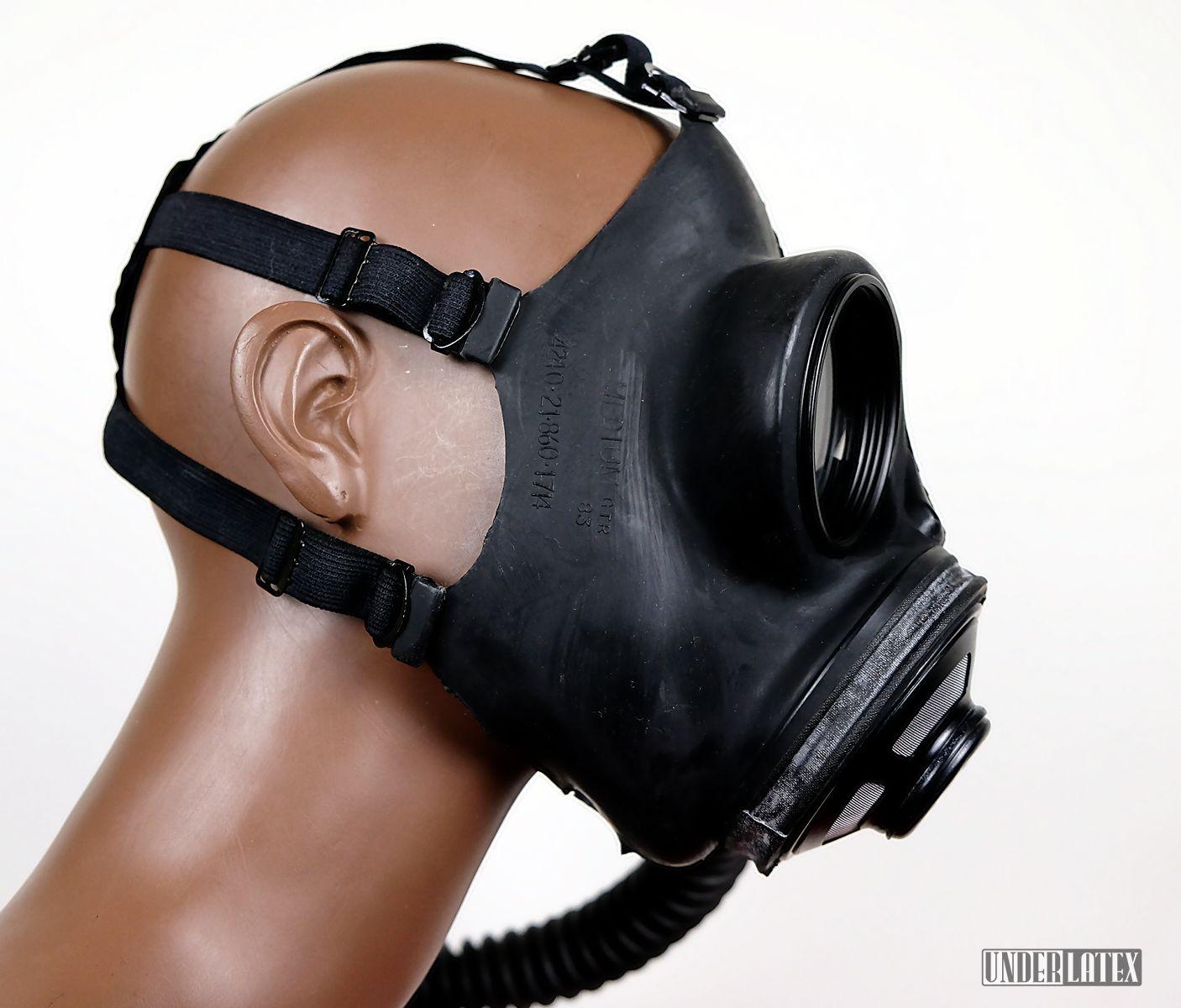Kanadische Gasmaske C3 in schwarz mit Faltenschlauch aus schwarzem Latex im Profil von rechts betrachtet