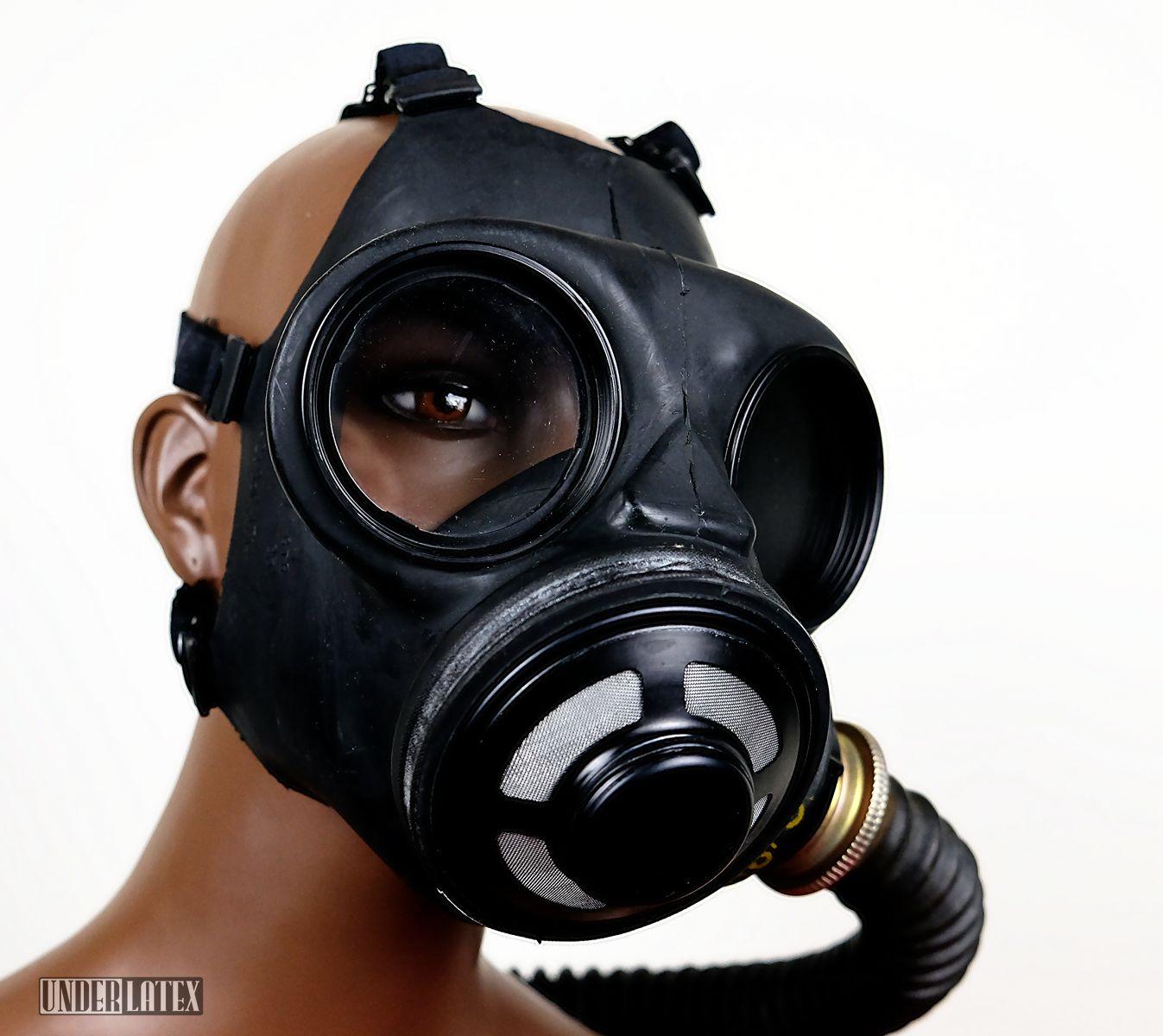 Kanadische Gasmaske C3 in schwarz mit Faltenschlauch aus schwarzem Latex im Profil von von vorn unten gesehen, das Ausatemventil im Detail