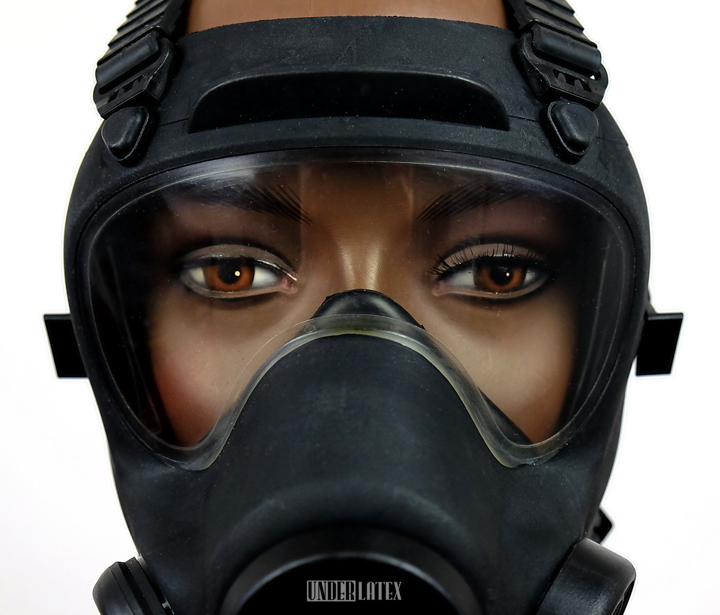 Polnische Gasmaske MP-5 Militär schwarz Blick von vorn auf das Visier