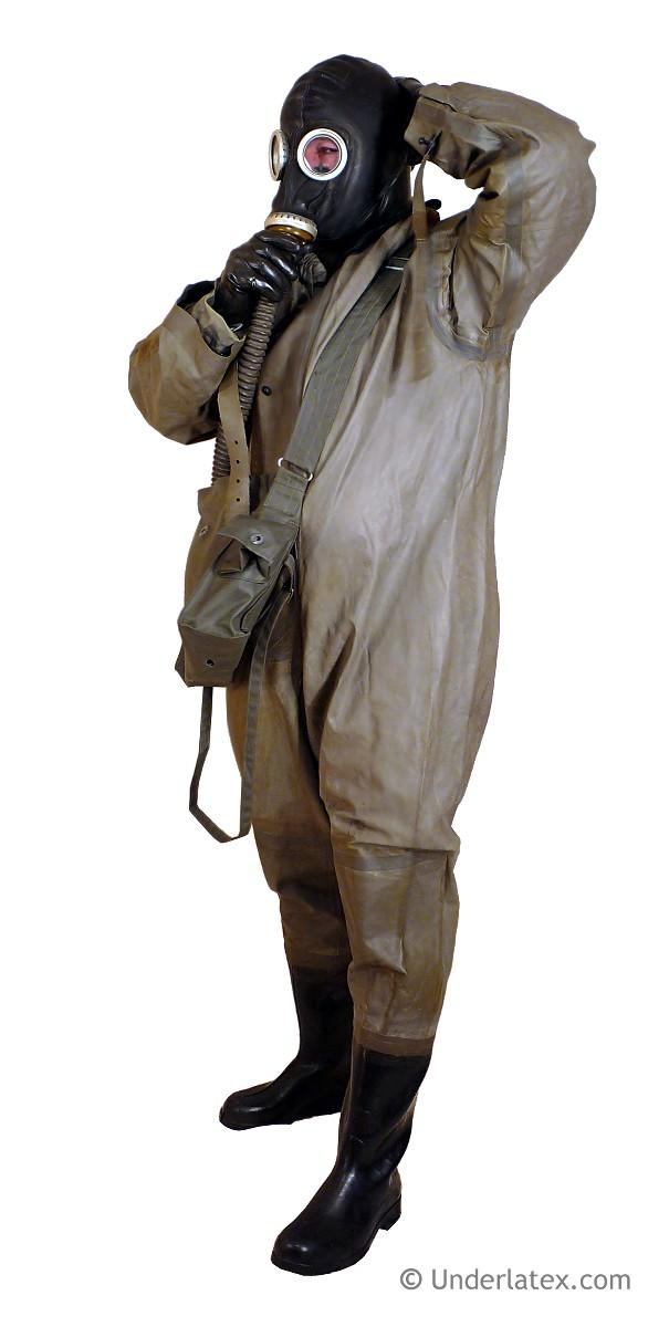 einteiliger Gummi Schutzanzug SBA LS der ostdeutschen Zivilverteidigung mit angesetzten Stiefeln