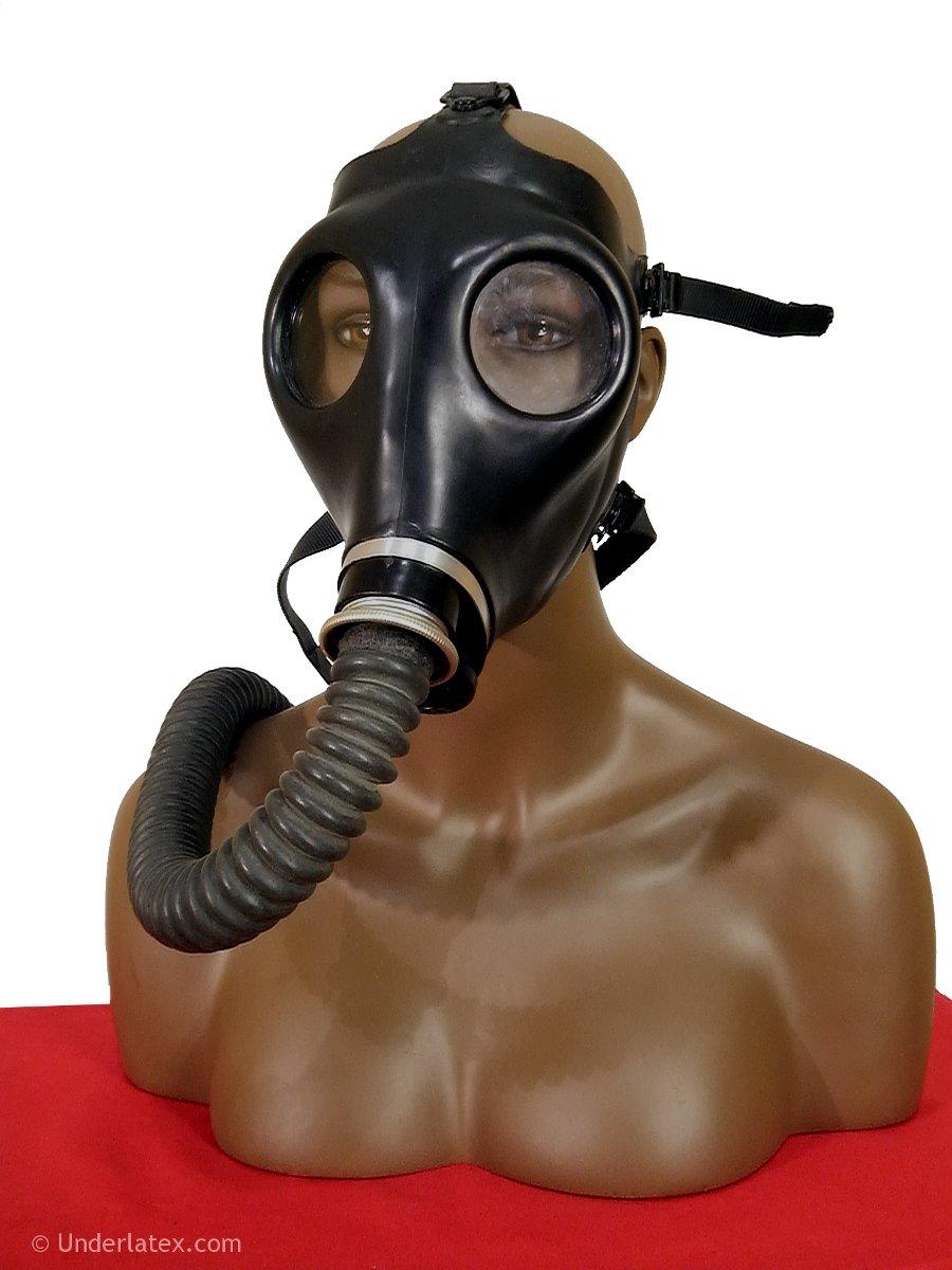 Israelische Gasmaske Nr.4 mit Faltenschlauch auf Latexhaube von vorn gesehen